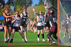 Lacrossemädchenanschlag am Knick Lizenzfreie Stockbilder