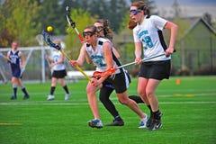 Lacrossemädchenauge auf der Kugel Stockfoto