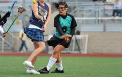 Lacrossespieler, der Konkurrenten überprüft Lizenzfreie Stockbilder