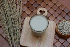 Lacryma-jobi Coix, που βράζεται σε ένα γυαλί σε ένα καφετί υπόβαθρο Στοκ Φωτογραφίες