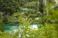 Lacs avec des cascades parmi des montagnes Images stock