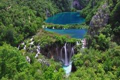 Lacs bleus dans une vallée Image stock