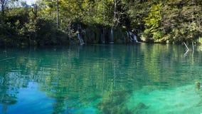 Lacs bleus profonds au parc national de Plitvice en Croatie photo stock