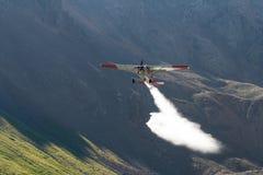 Lacs de pulvérisation mountain de petit avion Images stock