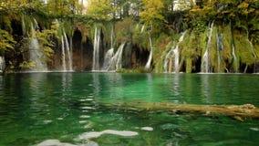 Lacs et cascades à écriture ligne par ligne Plitvice en Croatie