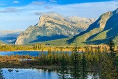 Lacs et support vermeils Rundle Photos libres de droits