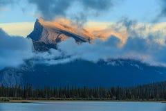 Lacs et support vermeils Rundle Photographie stock libre de droits