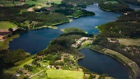 Lacs et villes photographie stock libre de droits
