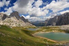 Lacs, montagnes et nuages Photos stock