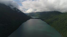 Lacs Multinsky parmi les montagnes, le cèdre et le mélèze d'Altai banque de vidéos