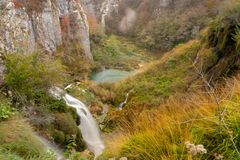 Lacs Plitvice sur la falaise de montagne photos libres de droits
