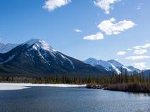 Lacs vermeils en parc national de Banff, Alberta, Canada Photos stock