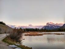 Lacs vermeils en parc national de Banff au coucher du soleil, Alberta, Canada Image libre de droits