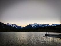 Lacs vermeils en parc national de Banff au coucher du soleil, Alberta, Canada Photographie stock