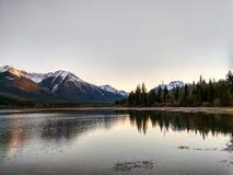 Lacs vermeils en parc national de Banff au coucher du soleil, Alberta, Canada Images stock