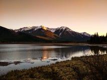 Lacs vermeils en parc national de Banff au coucher du soleil, Alberta, Canada Images libres de droits