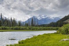 Lacs vermeils et parc national de Rocky Mountains - de Banff, Cana Images stock