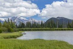 Lacs vermeils et parc national de Rocky Mountains - de Banff, Cana Photographie stock libre de droits