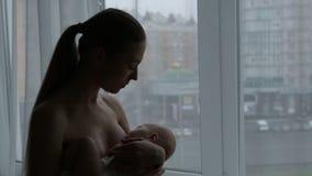 Lactation.Mother ammar henne behandla som ett barn lager videofilmer