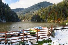 Lacul Rosu mit Schnee, roter See, Rumänien Stockbild