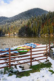 Lacul Rosu mit Schnee, roter See, Rumänien Stockbilder