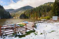 Lacul Rosu mit Schnee, roter See, Rumänien Lizenzfreie Stockfotografie