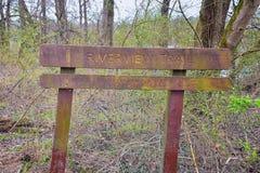 ?lad i znaki ostrzegawczy wzd?u? Shelby Zg??biamy Greenway i Naturalnego terenu Cumberland Rzeczna pierzeja wlec, Muzyczny miasto zdjęcia stock