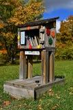 Ślad prowadzi przez jesieni barwionych wzgórzy Zdjęcia Stock