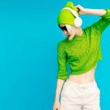 Lada fascinant DJ dans des vêtements lumineux Image stock