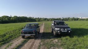 Lada Niva и спорт Мицубиси Pajero Автомобили управляют через поле акции видеоматериалы