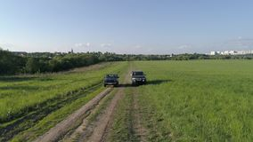 Lada Niva и спорт Мицубиси Pajero Автомобили управляют через поле видеоматериал