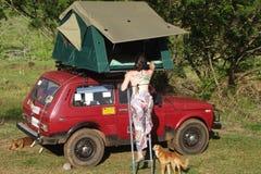 Lada Niva familj som campar med ett taktält Arkivfoto