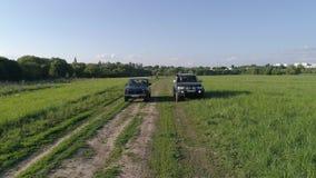 Lada Niva i Mitsubishi Pajero sport Samochód przejażdżka przez pole zdjęcie wideo