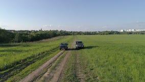 Lada Niva i Mitsubishi Pajero sport Samochód przejażdżka przez pole zbiory