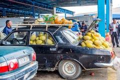 Lada por completo de los melones de la miel en el mercado Fotografía de archivo