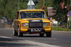 Lada VAZ 2107 zlotny bieżny samochód Obrazy Stock