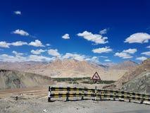 ladakh路,喜马拉雅山山美好的顶视图  蓝天 图库摄影