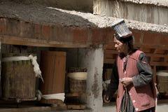 LADAKH, ИНДИЯ - 14-ОЕ МАЯ: Неопознанный тибетский буддист посвящает стоковое фото rf