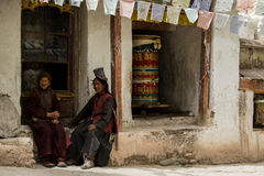 LADAKH, ИНДИЯ - 14-ОЕ МАЯ: Неопознанный тибетский буддист посвящает стоковое фото