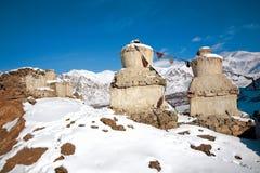 Ladakh en invierno Chortens en el primero plano y la gama de Stok Kangri en el fondo puede nbe visto, Leh-Ladakh, Jammu y Kahsmir fotos de archivo