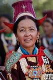 Ladakh festival 2013, kvinna med den traditionella klänningen Arkivfoton