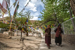 LADAKH, INDIEN - 14. MAI: Ein nicht identifizierter tibetanischer Buddhist widmen sich Lizenzfreie Stockfotos