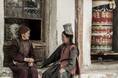 LADAKH, INDIEN - 14. MAI: Ein nicht identifizierter tibetanischer buddhistischer eifriger Anhänger vor dem Alchi-Kloster herein a Stockbild