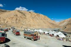 LADAKH INDIEN - SEPTEMBER 7, 2006: Vila område längs en stenlagd höjdpunkt Arkivbilder