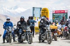 Ladakh, la India - julio 11,2014: Los motoristas agrupan en el paso del camino más alto Imagenes de archivo