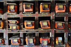 Ladakh - libros de rogación viejos dentro del templo Foto de archivo libre de regalías