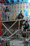 Ladakh - målare som arbetar i osäkra villkor på  Arkivfoton