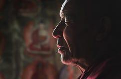 Ladakhi-Lama, das mit geschlossenen Augen meditiert Lizenzfreie Stockfotos