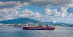 Ladda den ankrade olje- supertanker via enskepp oljaöverföring arkivfoto