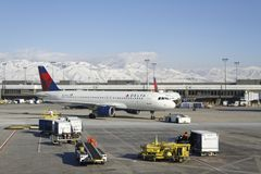 Ladda en nivå i flygplatsen i vinter Fotografering för Bildbyråer
